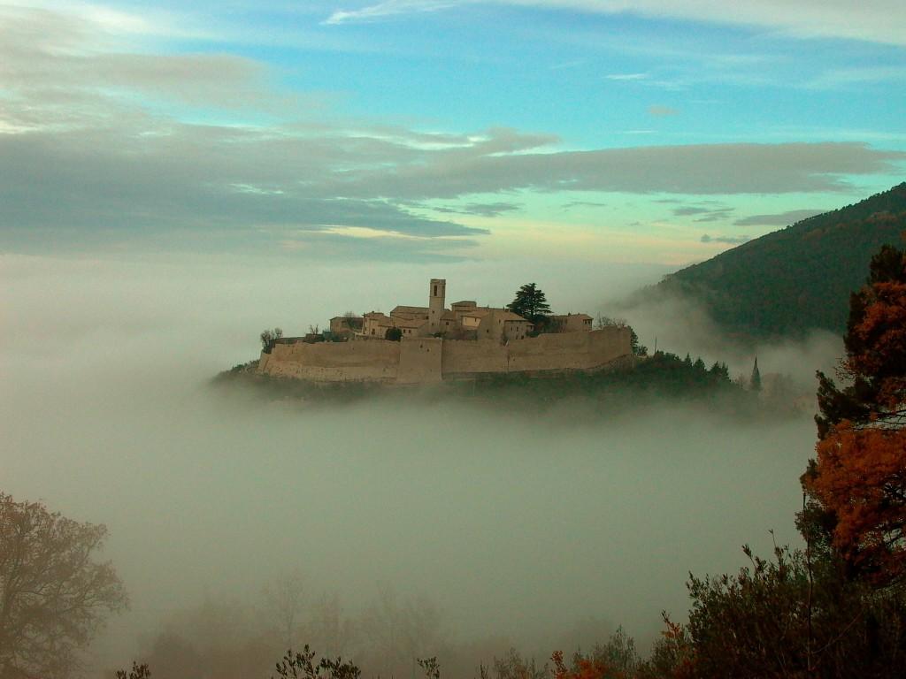castello con nebbia